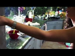 Jamie Noel, Lena Young, Dora Pereli - The Coed And The Zombie Stoner (2014)