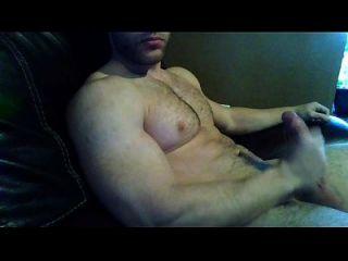 Guapo Musculoso Se Masturba Frente A La Camara