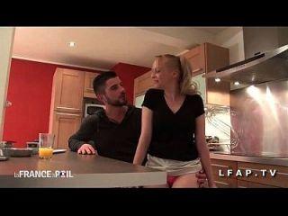 Jolie Cougar Francaise Sodomisee Par Un Jeune Technicien Dans La Cuisine