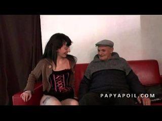 Papy Se Fait Pomper La Queue Par Une Jeune Nympho En Lingerie Sexy