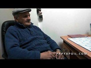 Papy Chope Une Jeune Salope Aux Petits Seins Avec Un Pote Qui La Sodomise