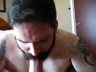 Barbudo Comiendose Una Gran Polla