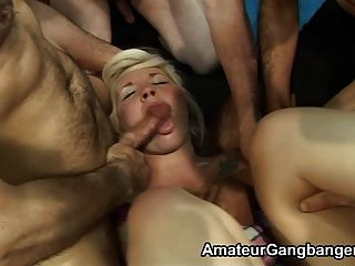 Blondes Get Pussies Licked While Giving Blowjobs