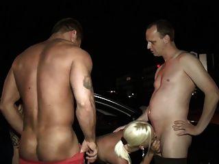 Alte russensau wird von 3 mann gefickt 5