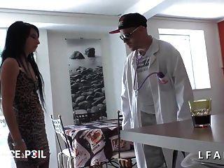Petite Jeune Appelle Sos Sodo Pour Se Faire Dilater Le Cul