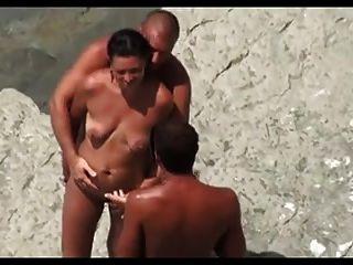 Compartiendo A La Mujer En La Playa Con Un Desconocido...