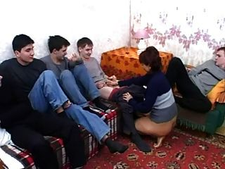 Cinq Jeunes Hommes Pour La Satisfaire
