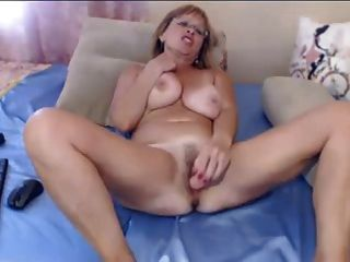 Mature Milf Uses A Dildo On Webcam