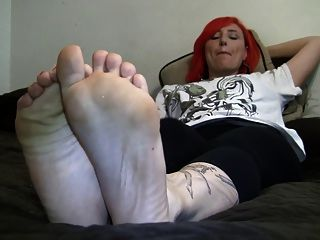 Readhead Shows Her 9 Size Soles