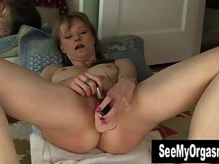Gorgeous Natalia Toying Her Snatch