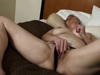 Amateur Wife Fingers Her Muff Before Fuck And Facial !