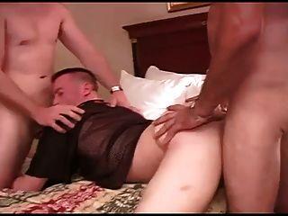 Dos Tios Follando Un Culo A Pelo En Un Hotel