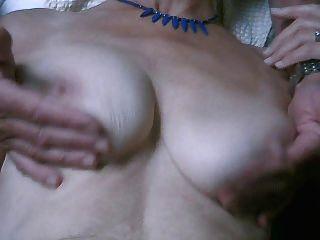elle joue avec ses seins cougar et moi