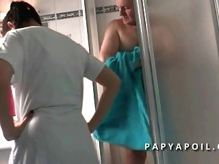 Papy Se Tape Sa Jeune Infirmiere Asiat Apres La Douche