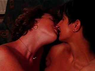 Lesbian Kiss Lsebians Kissing Lesbianas Besandose Milf Swing