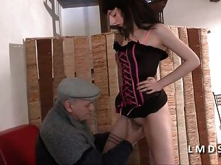 Papy Se Tape Une Jeune Amatrice Dans La Maison Du Sexe