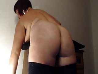 Plumpy Amateur Fists Her Ass