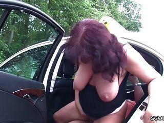 Milf Taxifahrerin Leasst Sich Von Kunden Im Auto Ficken